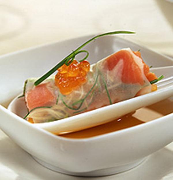 kura sobre canelón transparente de salmón y verduras