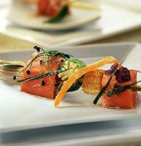 Salmon salvaje marinado con germinados de cebolla