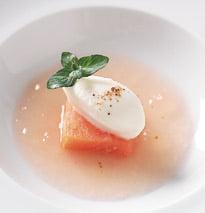 Salmón salvaje ahumado con sopa de tomate y mozzarella