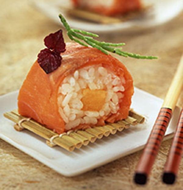 Salmón rojo en sushi con arroz japonés y melón cantalupo